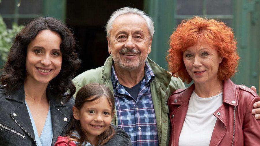 """Wolfgang Stumph umringt von seiner """"Stubbe""""-Filmfamilie, gespielt von Stephanie Stumph (l.), Greta Kasalo und Heike Trinker (r.). (ili/spot)"""