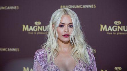Rita Ora erntet für ihre illegale Geburtstagsparty im November 2020 immer noch Kritik. (amw/spot)
