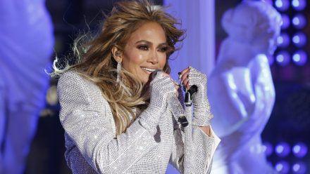 Wow! Jennifer Lopez singt als Meerjungrau und halbnackter Engel