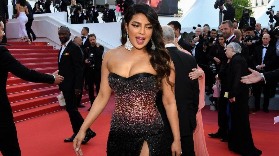 Priyanka Chopras Kleid reißt kurz vor dem roten Teppich