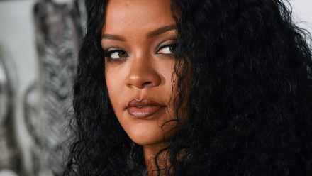Rihanna zeigt sich hier megahot in Unterwäsche