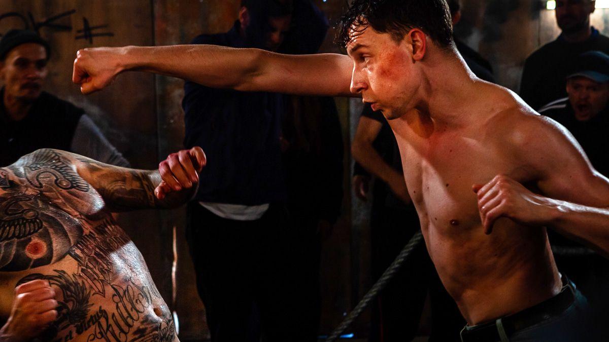 "Jonathan Berlin als Bare-Knuckle-Fighter in ""Martha und Tommy"""