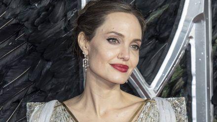 Video: Angelina Jolie zeigt hier, was sie in ihrer Handtasche hat