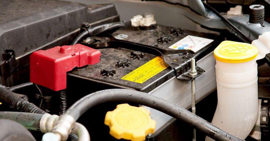 Kraftpaket im Motorraum: Autofahrer sollten das Gehäuse und die Pole der Batterie immer sauber halten.