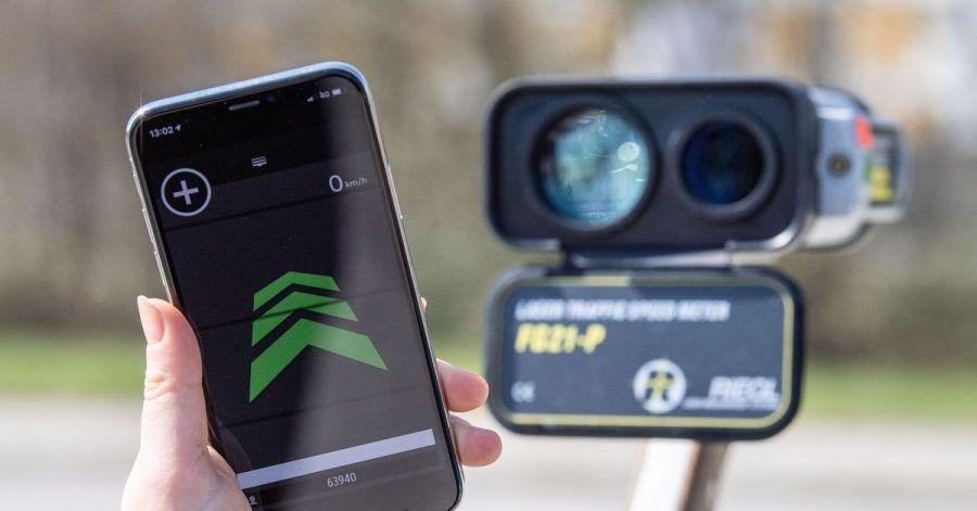 Links eine aktive Blitzer-Warnapp auf dem Smartphone, rechts daneben ein Radar-Messgerät.