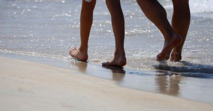 Urlauber am Strand vonArenal auf Mallorca:Reisen sind auch 2021 mit einer großen Unsicherheit behaftet.