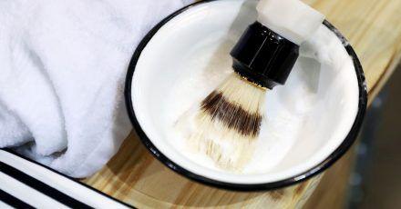 Die Nassrasur eignet sich besonders für Männer mit unreiner Haut.