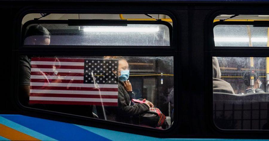 In den USA muss an Bord von Flugzeugen, Schiffen, Fähren, Zügen, U-Bahnen, Bussen, Taxis und ähnlichen Verkehrsmitteln nun ein Mund-Nasen-Schutz getragen werden.