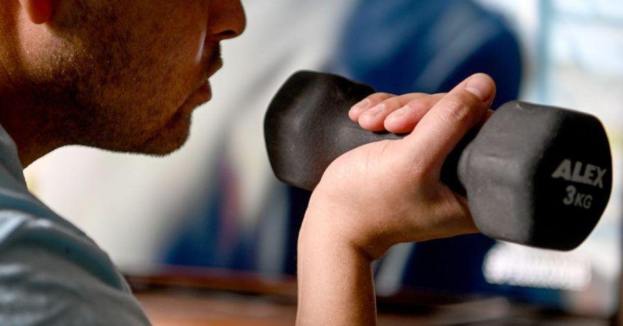 Es muss nicht immer ein richtige Hantel sein. Auch ein Werkzeugkoffer kann dabei helfen, zuhause Krafttrainig zu betreiben.