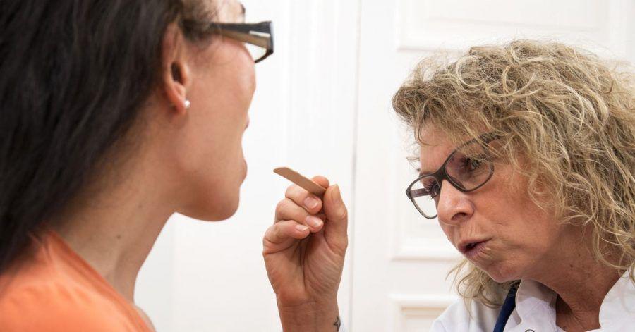Bei Problemen mit der Zunge ist die Hausarztpraxis die erste Anlaufstelle.
