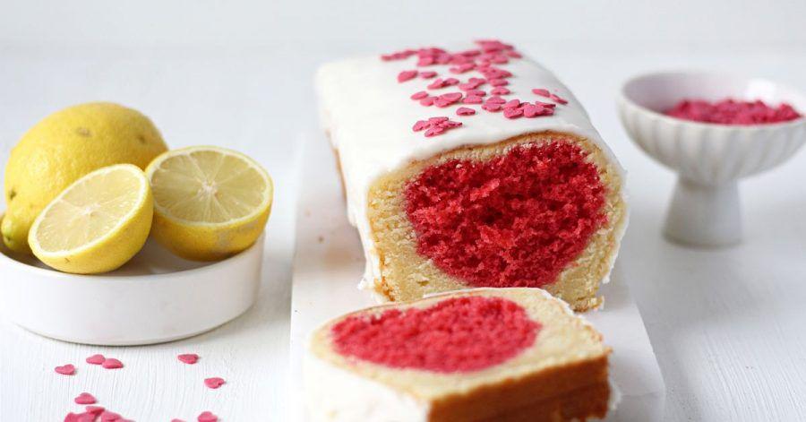 Der Clou am Zitronenkuchen ist das eingebackene Herz. Man kann es je nach Wunsch mit Lebensmittelfarbe bunt färben.