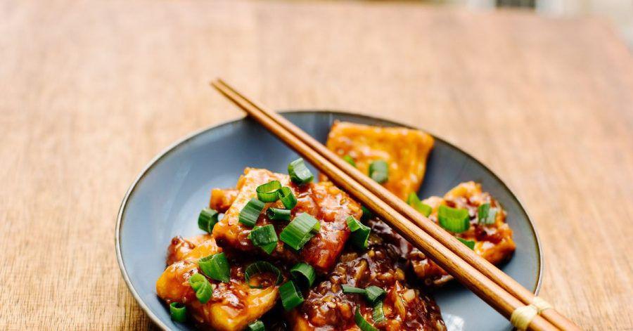 Durch unterschiedliche Zubereitungsarten und Gewürze kann man Tofu in ganz unterschiedliche Richtungen lenken. Foodblogger Stefan Leistner verpasst ihm mit Austernsauce eine chinesische Note.