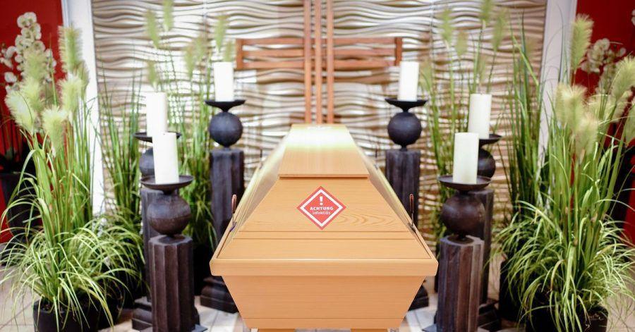 War der Verstorbene mit dem Corona-Virus infiziert, werden die Särge entsprechend gekennzeichnet. Bestatter müssen hier meist strenge Regeln einhalten.