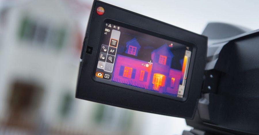 Den energetischen Zustand des Hauses untersuchen: Ein kalter Wintermorgen ist ideal für Aufnahmen mit einer Wärmebildkamera.
