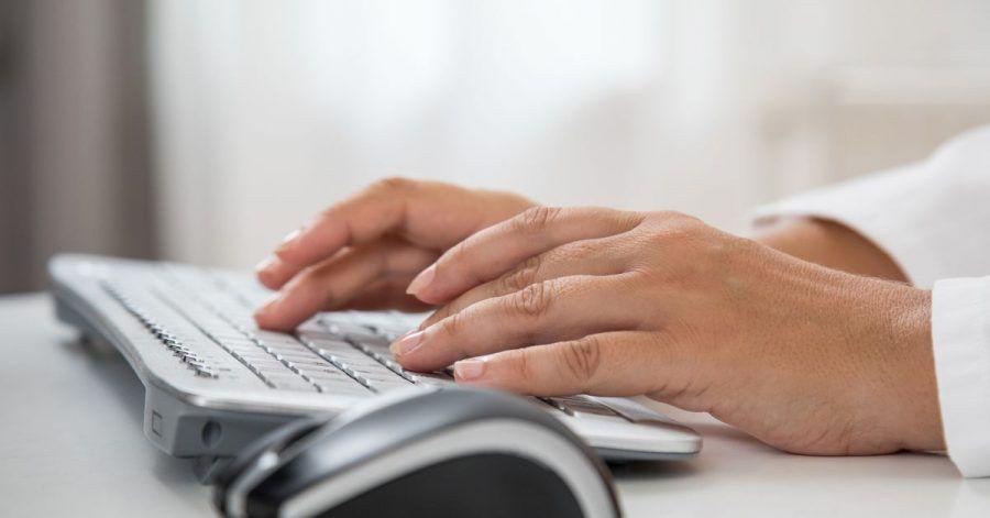 Zwischen Tastatur und Tischkante sollten etwa 10 bis 15 Zentimeter Platz sein.