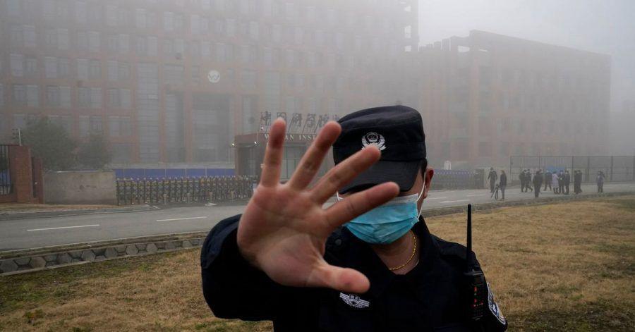 Ein Sicherheitsmann stoppt Journalisten vor dem Institut für Virologie in Wuhan.