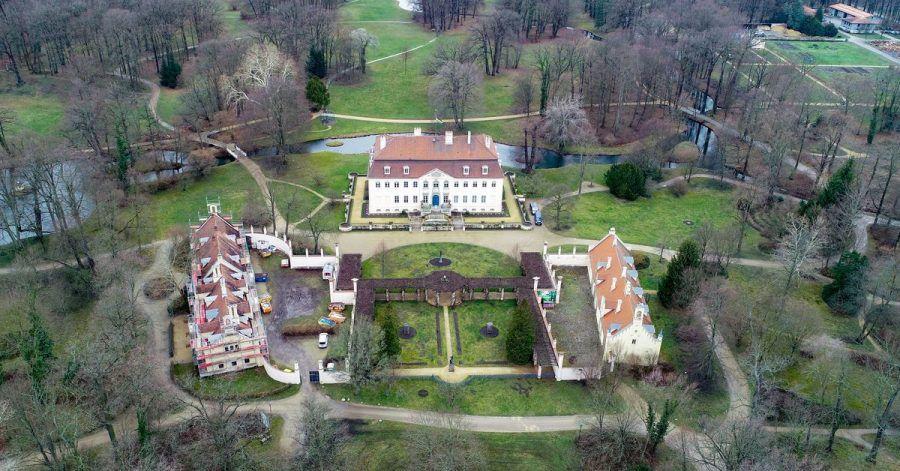 Das Schloss (M) und Nebengebäude im Fürst-Pückler-Park bei Cottbus.