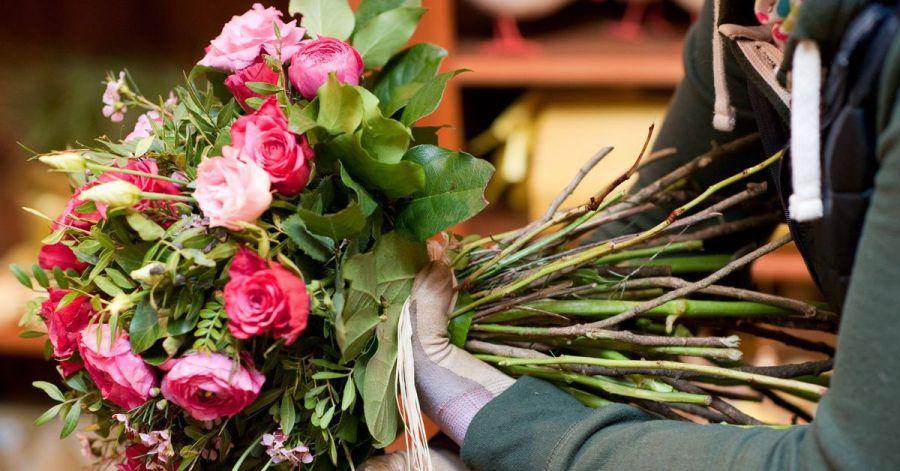 Auch dort, wo Blumengeschäfte geschlossen bleiben müssen, bieten viele Floristinnen und Floristen ihre Sträuße in Kombination mit einem Abhol- und/oder Lieferservice an.