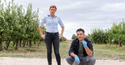 Hauptkommissarin Kerstin Klar (Fiona Coors) und Oberkommissar Max Fischer (Max Hemmersdorfer) ermitteln in einem Mordfall.
