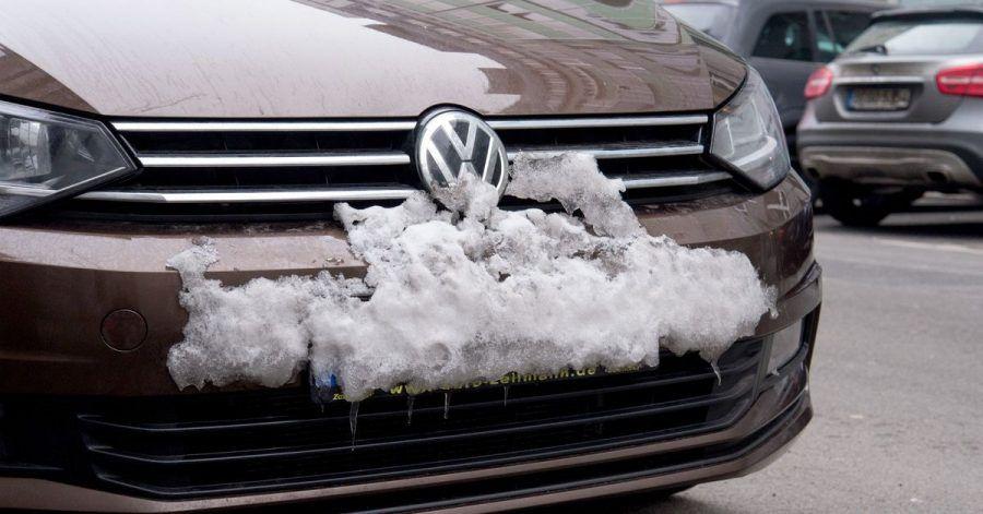So bitte nicht: Nicht nur die Scheinwerfer und Rückleuchten müssen stets sauber sein, sondern auch die Kennzeichen.
