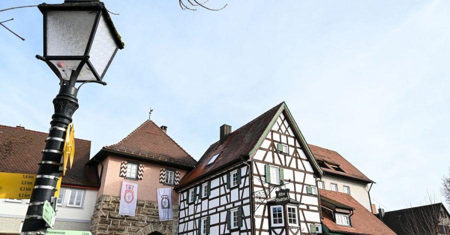 Das Alte Stadttor markiert den Eingang zur Stadt Mühlheim an der Donau. Die Stadt Mühlheim an der Donau hat eine besonders hohe Inzidenz verursacht durch eine Wandergruppe.