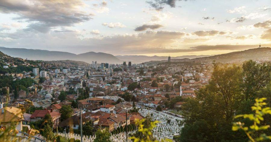 Blick über Sarajevo:WizzAir fliegt ab der zweitenMaihälfte von Dortmund und Memmingen nonstop in die Hauptstadt Bosnien-Herzegowinas.