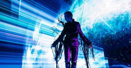 Zwischen Himmel und Erde:Bill Kaulitz bei den Dreharbeiten.