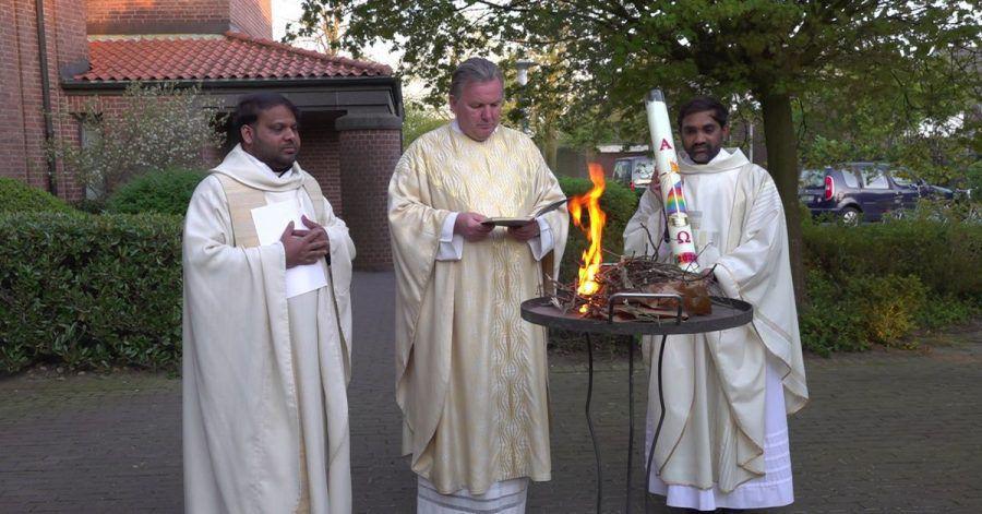 Der Priester Shreedhar Lanke (l) erlebt Deutschland sehr besonders: Während des Corona-Lockdowns wird die Ostermesse auch in Bedburg-Hau ohne die Gemeinde abgehalten.