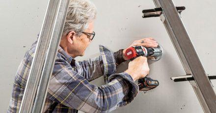 Für das Bohren in Beton braucht man einen Bohrschrauber mit Schlag - er unterstützt das Bohren mit einer kräftigen rhythmischen Schlagbewegung.