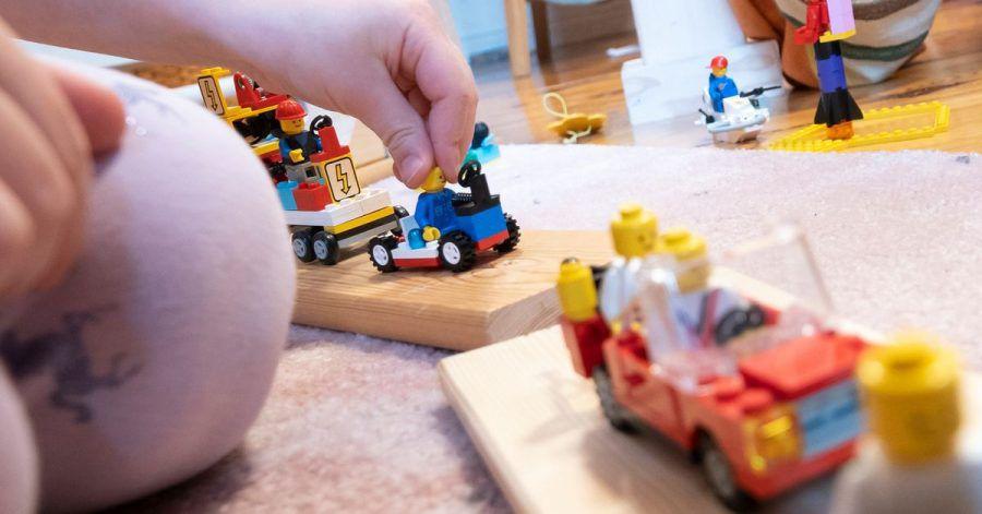 Mit Spielfiguren und -Fahrzeugen lässt sich ein Karnevalszug basteln. Fotos oder Videos davon können in kleinen Wettbewerben in privaten Messengergruppen gegeneinander antreten.