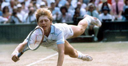 Der junge deutsche Tennisspieler Boris Becker hechtet während des Turniers in Wimbledon im Juni 1985 nach einem Ball. (Archiv)