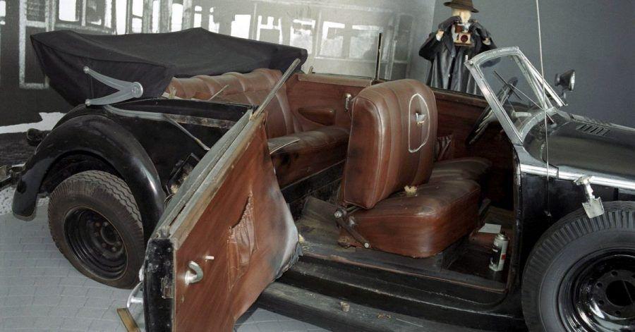 Das Bild zeigt den Mercedes, in dem der «Stellvertretende Reichsprotektor» Reinhard Heydrich fuhr, als am 27. Mai 1942 ein Attentat auf ihn verübt wurde.