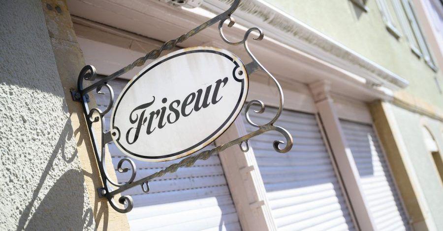 Ein Schild mit der Aufschrift «Friseur» hängt an einem geschlossenen Friseursalon. Dürfen die Friseure bald wieder Kunden empfangen?