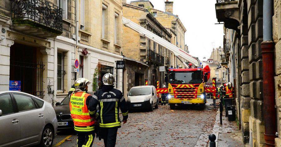 Feuerwehrleute sind nach der Explosion im Viertel Chatrons im Einsatz.