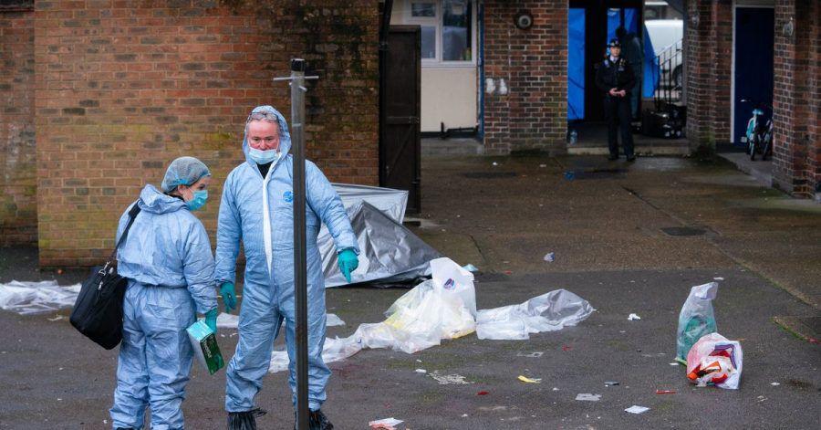 Mitarbeiter der Spurensicherung an einem Tatort in Croydon im Süden Londons.