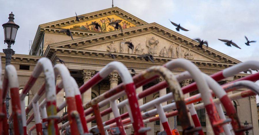 Zusammengestellte Absperrgitter der Polizei vor dem bayerischen Staatsoper: Mit einem drei Stufen umfassenden Plan wollen die Bundesländer «Kultur wieder ermöglichen».