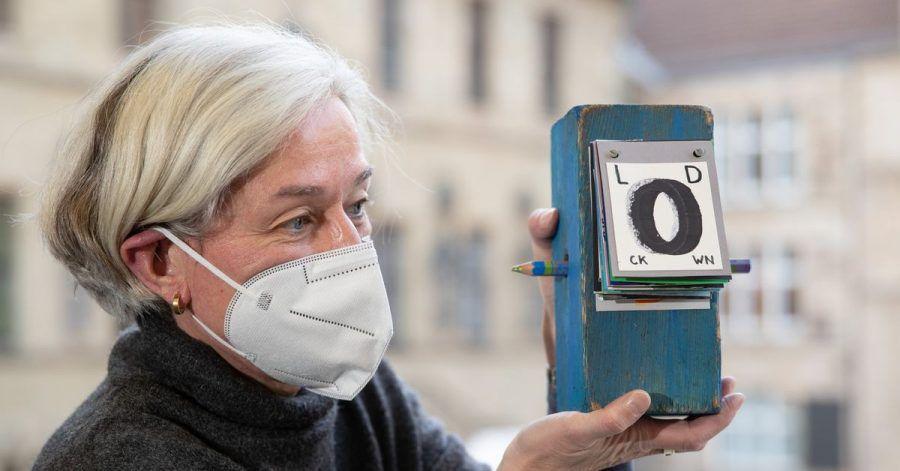 Martina Dannert, Bibliotheksleiterin der Stadtbibliothek Osnabrück, hält einen Holzblock mit der Aufschrift «Lockdown» in den Händen. Ihr Projekt thematisiert die Folgen des Lockdowns und macht die Bürger selber zu Künstlern.