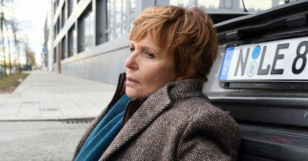 Noch benommen vom Aufprall: Die Kommissarin Ellen Lucas (Ulrike Kriener) hat im Kofferraum des Unfallwagens eine Leiche entdeckt.