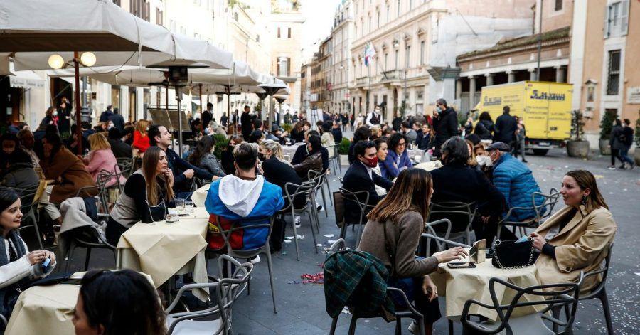 Menschen sitzen in einem Café in Rom nachdem die Corona-Maßnahmen gelockert wurden.