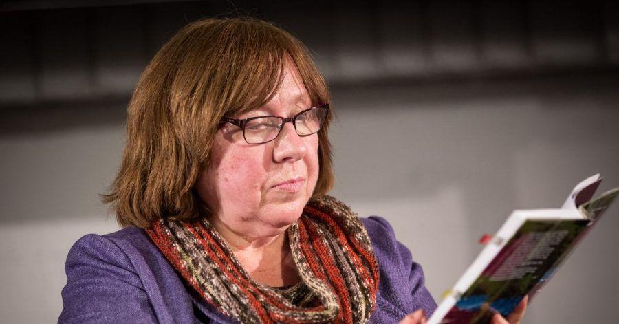 Die Schriftstellerin und Literaturnobelpreisträgerin Swetlana Alexijewitsch aus Weißrussland liest in der Freien Akademie der Künste bei der Eröffnung des Hamburger Festivals «Lesen ohne Atomstrom» (2017).