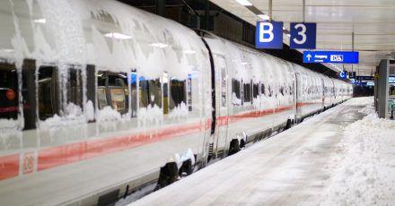 Schnee und Eis beeinträchtigen den Nah- und Fernverkehr der DB in weiten Teilen des Landes.
