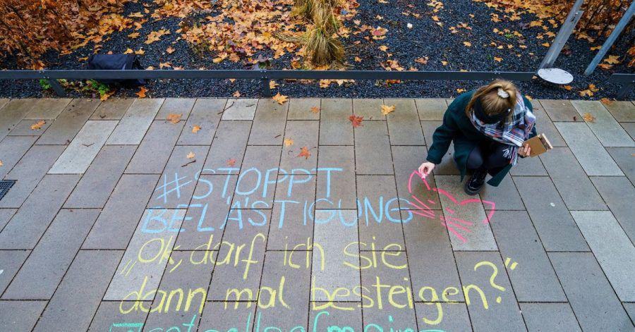 Frauen aus Hessen und Rheinland-Pfalz kämpfen gegen verbale sexuelle Belästigung. Sie schreiben die anzüglichen Kommentare in großen Kreidelettern genau da, zum Beispiel auf die Straße oder den Bürgersteig, wo sie passiert sind.