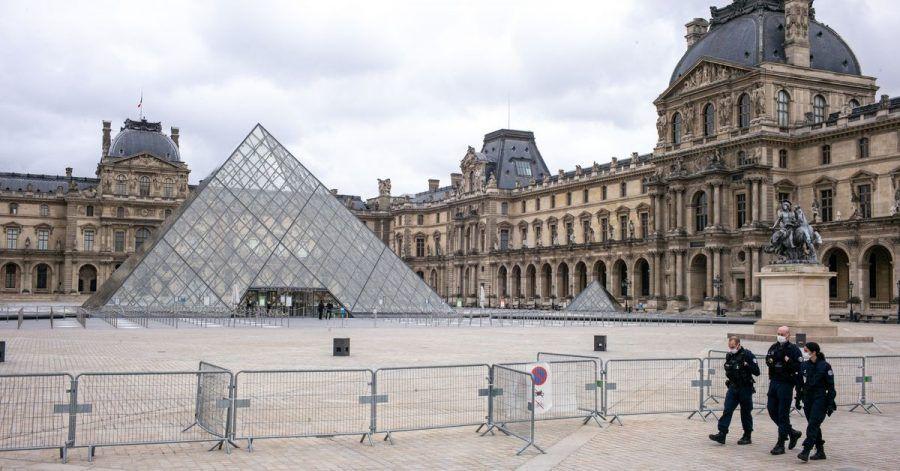 Der Louvre ist geschlossen, der Platz davor ist leer. Nur drei Polizisten gehen an einer Absperrung entlang.