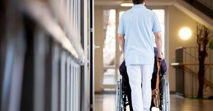 Stationäre Pflege sollte professionell und in guter Qualität erfolgen.