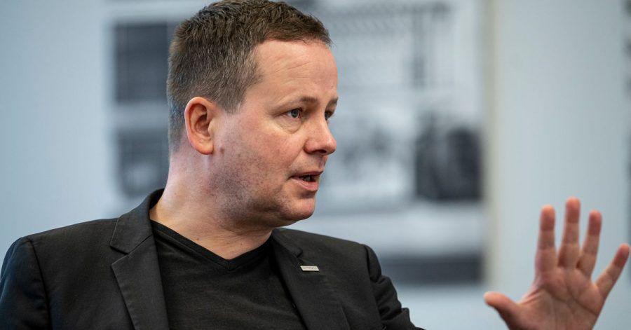Klaus Lederer (Die Linke), Kultursenator in Berlin, spricht in seinem Büro in der Senatsverwaltung für Kultur und Europa.
