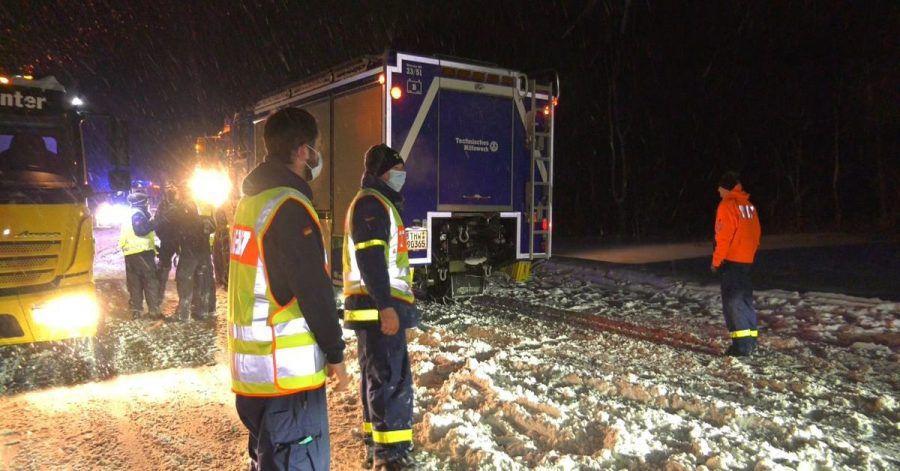 Mitarbeiter des Technischen Hilfswerks helfen aus - Hunderte verbrachten die ganze Nacht auf der Autobahn.
