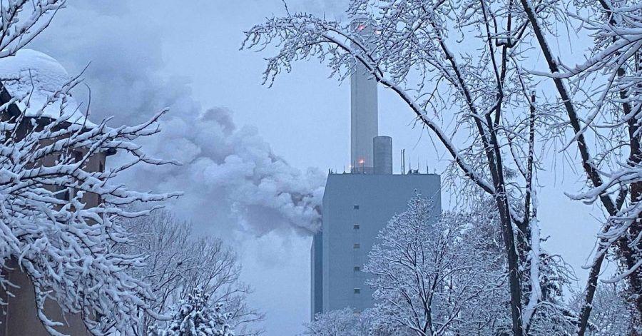 Rauchwolken stehen nach einem Brand über einem Kraftwerk des Versorgers Uniper in Nürnberg.
