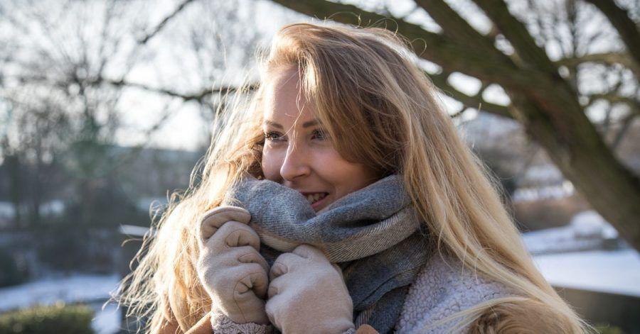 Der Schal schützt die Gesichtshaut vor Kälte - und wo der Stoff nicht hinkommt, sollte man die Haut mit reichhaltiger Pflege eincremen.