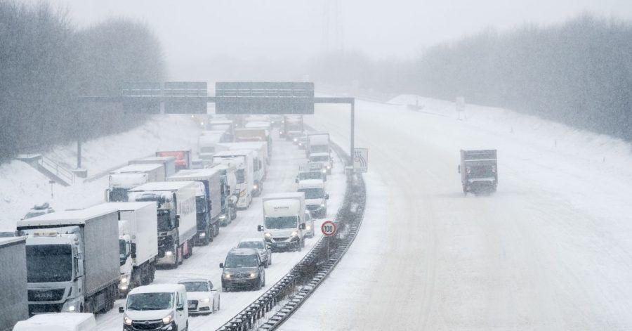 Nichts geht mehr - wenn es sich im Winter auf der Autobahn staut, sind Geduld, genügend Kraftstoff und zusätzliche warme Kleidung im Fahrzeug hilfreich.