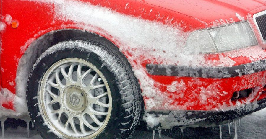Eishöhle im Radkasten: Autofahrer sollten Schneemassen dort besser rasch entfernen.